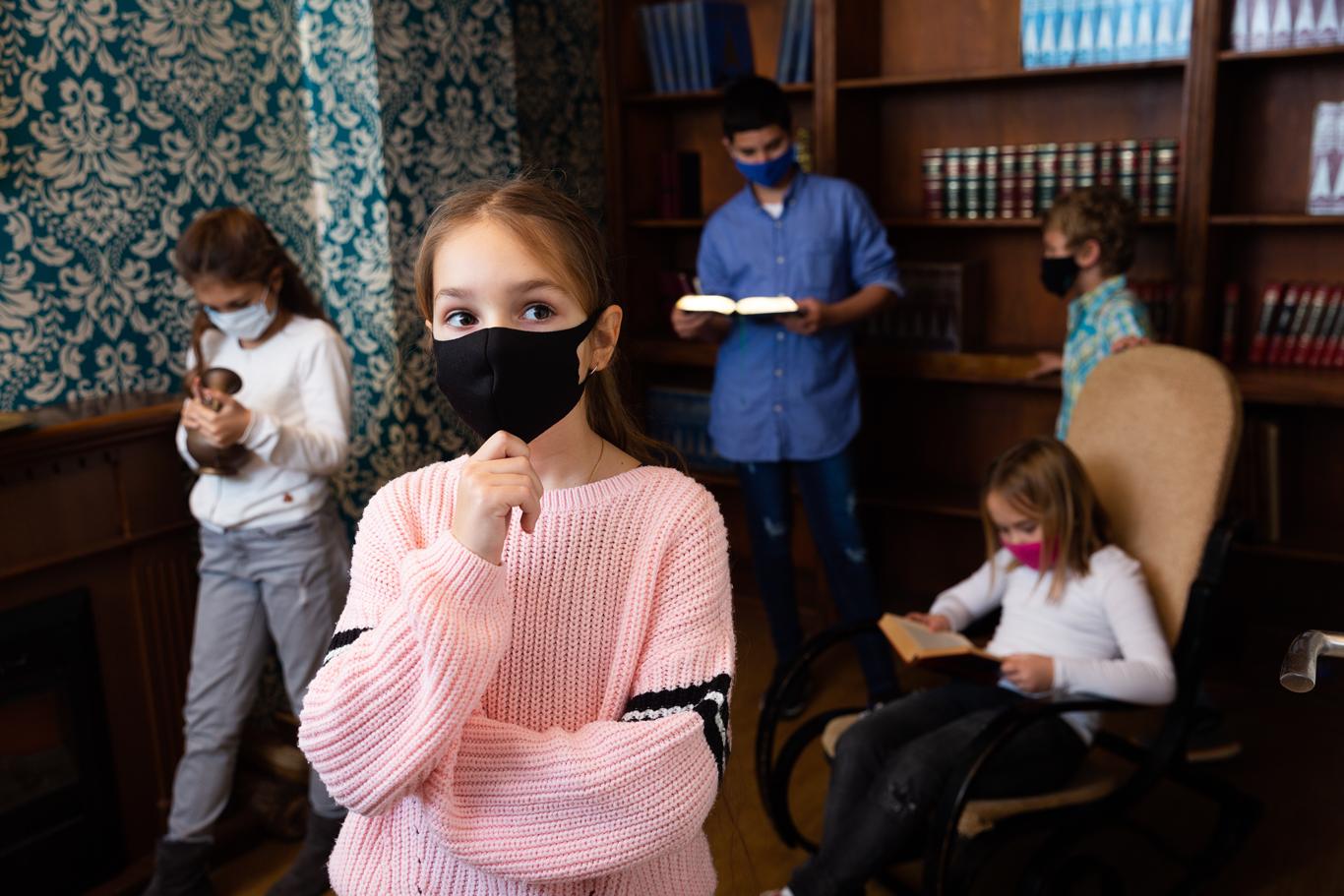 Kids-solving-escape-room-1366-0521